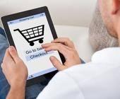 Mann kauft im Netz ein
