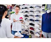 Junger Verkäufer im Sportgeschäft